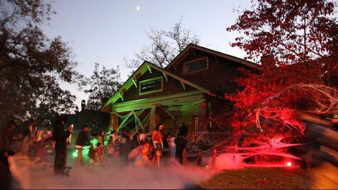 Olde Town trick or treating 2011 - home of Andy and Amy Brown IMG 3770
