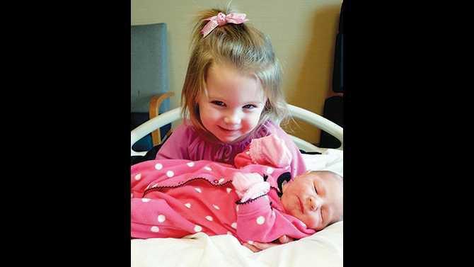 BIRTH---Scarlett-Rose-Vevang-with-sister-Vera-20131229 110248