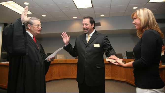Rich Autry swearing in by Judge Sidney Nation with wife Brandy Autry holding Bible IMG 6334