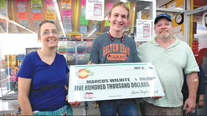 Lotto-500K-winner-Marcus-Daniel-Wilhite-Conyers-Food-Mart-with-mom-and-dad-IMG 9648