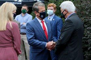 Kemp shakes hands with Horton