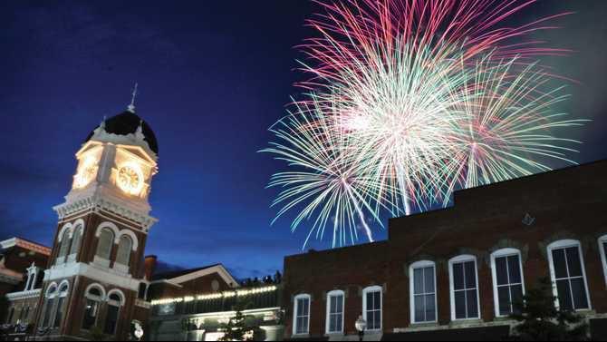 Fireworks Covington Square 2014 0628fFIREWORK